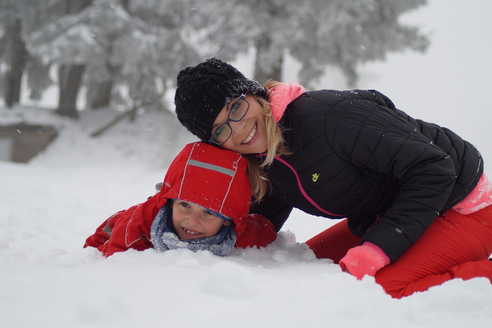 alleen met kinderen op wintersport pixabay