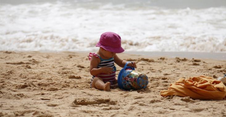 alleen met kind naar het strand